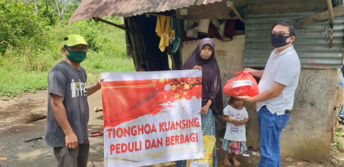 Peduli Dampak Covid-19, Warga Tionghoa Kuansing Salurkan 300 Paket Sembako