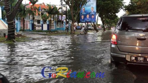 Diguyur Hujan Sebentar, Kota Pekanbaru Sudah Berkuah, Pengendara Mikir-mikir Lewati Genangan Air