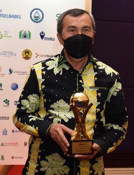 Gubri Syamsuar Terima Penghargaan Top Pembina BUMD 2021