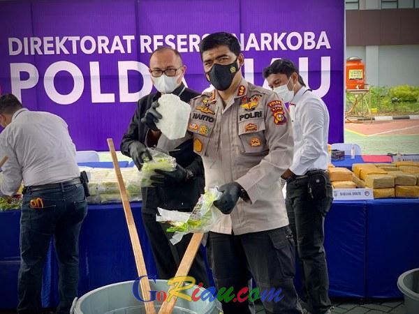 Polda Riau Musnahkan 189 Kg Sabu dan 889 Butir Pil Ekstasi Hasil Tangkapan Satu Bulan Terakhir