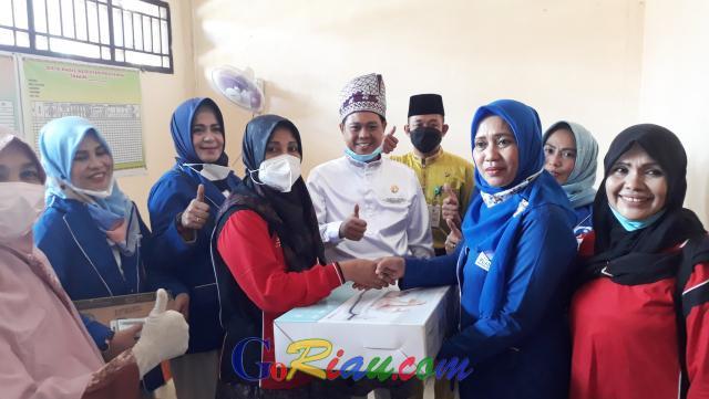 Sempena HUT ke-22 Kabupaten Pelalawan, DPD PUAN Salurkan Alat Kesehatan untuk Posyandu