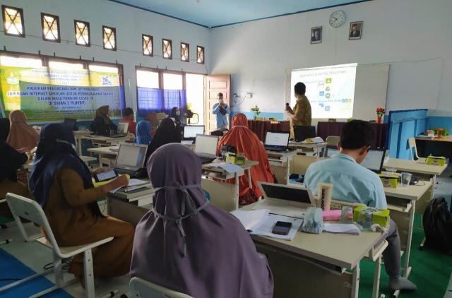 Tim Kukerta Unri Adakan Pelatihan Daring dan Pengoptimalisasian Jaringan Internet di SMAN 2 Rumbio Jaya