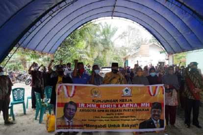 Bareng Pengurus Golkar Inhu, Idris Laena Tebar Sembako ke Kader di Level Desa/Kelurahan
