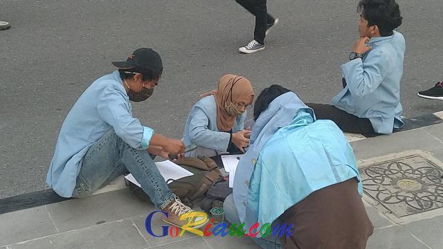 Empat Mahasiswa Ini Kerjakan Tugas Kuliah di Sela Demo di Kantor Gubernur Riau