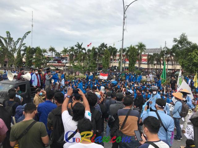 Tolak Omnibus Law, Ribuan Mahasiswa Unjuk Rasa di Kantor Gubernur Riau