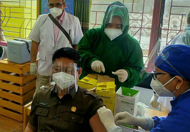 Wakil Ketua DPRD Syafrizal Jadi Orang Pertama yang Disuntik Vaksin Corona di Pelalawan