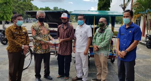 Bank Riau Kepri Salurkan Puluhan Paket Sembako serta Uang Tunai Bantu Masyarakat Miskin dan Terdampak Covid-19 di Meranti