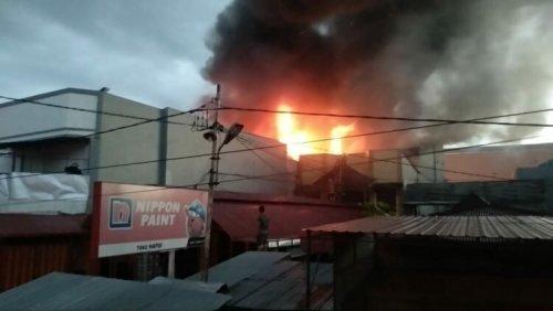 16 Mobil dan 100 Personel Dikerahkan Padamkan Kebakaran Dekat Pasar Raya Padang