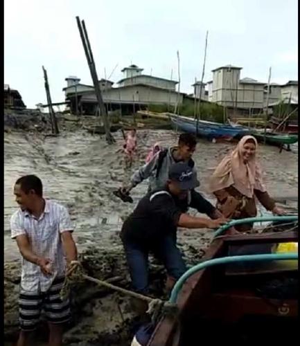 Sungai Kampar Surut, Speedboat Tak Bisa Merapat ke Dermaga Pulau Muda, Penumpang Berlumpur