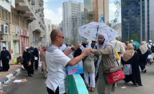 Suhu di Makkah 43 Derajat, Wadir Reskrimsus Polda Riau Bagikan Air Mineral ke Jamaah Haji