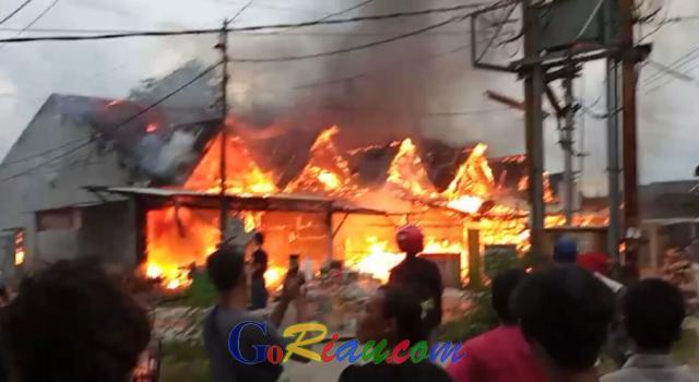 Deretan Ruko di Jalan Pemda Pangkalan Kerinci Ludes Terbakar