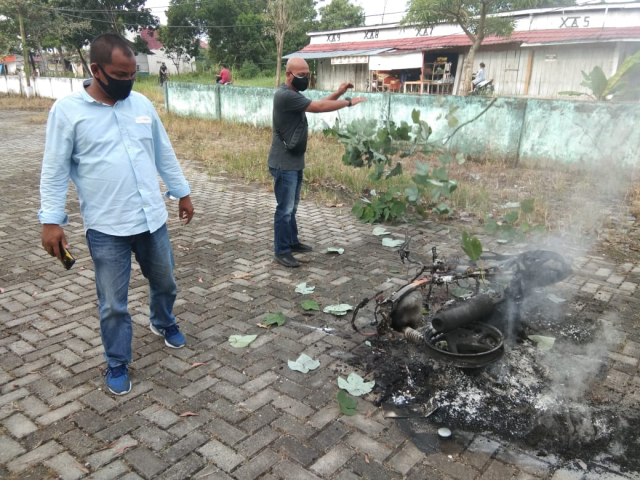 Ngaku Polisi, Anggota OKP di Pekanbaru Rampas Hape Pelajar Tapi Dikejar Lalu Terjatuh, Motornya Dibakar Warga