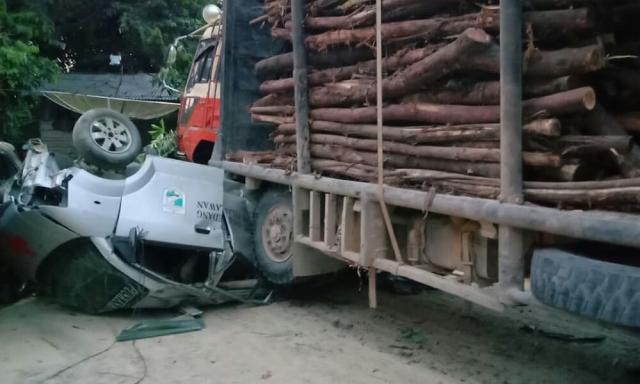 Ringsek, Ambulance Tertabrak Truk Balak di Jalintim Pelalawan
