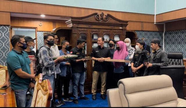 Sering Jadi Tempat Diskusi Wartawan, Agung Nugroho Dapat Kejutan Kue Ulang Tahun ke-37