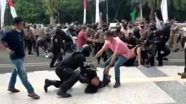 Polisi yang Banting Mahasiswa Hingga Kejang-kejang Ditahan Propam Polda