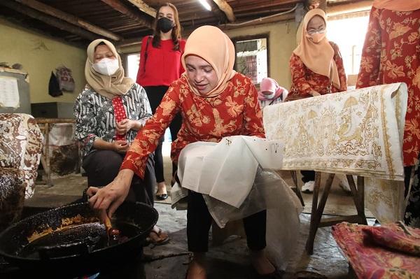 Pengusaha dan Pengrajin Batik Cirebon Dapat Motivasi Penasehat DPW Kemenpora