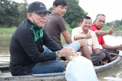 Anggota DPRD Riau Ini Pulang Kampung, Sebar Bibit Ikan di Sungai Tempat Dia Mandi Dulu
