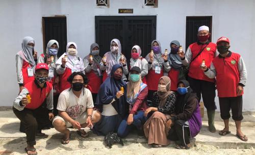 Tim Kukerta Unri Bagikan Jamu Immune Boster kepada Warga Tanah Merah