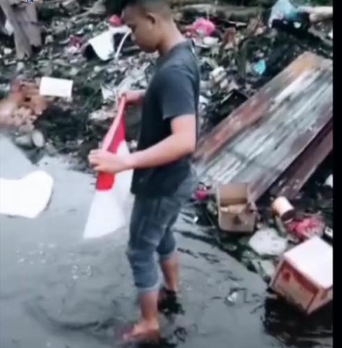 Pemuda di Kepulauan Meranti Temukan Bendera Merah Putih Hanyut di Sungai, Ini yang Dilakukan
