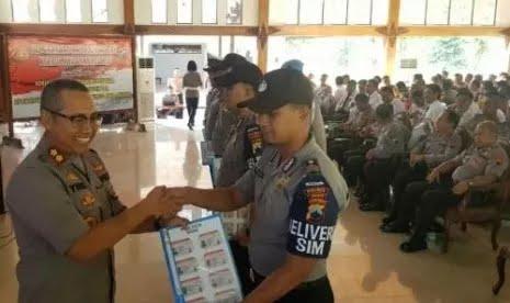 Beruntung Sekali Warga di Daerah Ini, SIM Diantarkan Bhabinkamtibmas ke Rumah Masing-masing