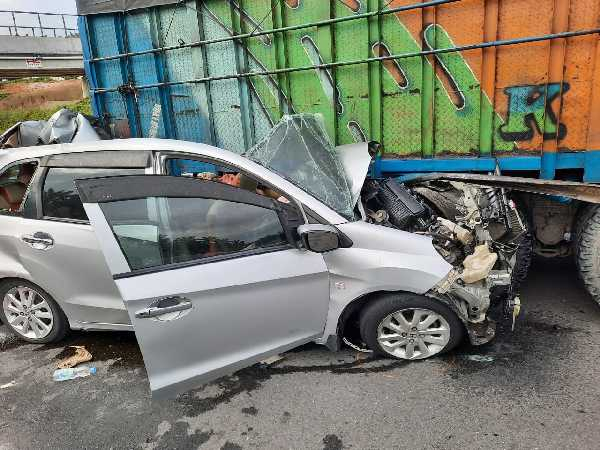 Berkecepatan Tinggi, Mobil Minibus Tabrak Truck di Tol Pekanbaru - Dumai, 2 Orang Meninggal Dunia