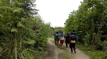 Kampungnya Terisolir, Ibu Hamil 3 Bulan yang Alami Pendarahan Terpaksa Ditandu 32 Kilometer Menuju Rumah Sakit
