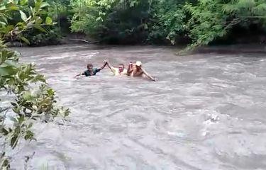 5 Guru Bersabung Nyawa Seberangi Sungai Antar-Jemput Tugas Para Siswa