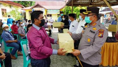 Masuk Zona Orange, Kapolres dan Bupati Siak Salurkan Bantuan Masker Melalui Rumah Ibadah di Seluruh Perawang Barat
