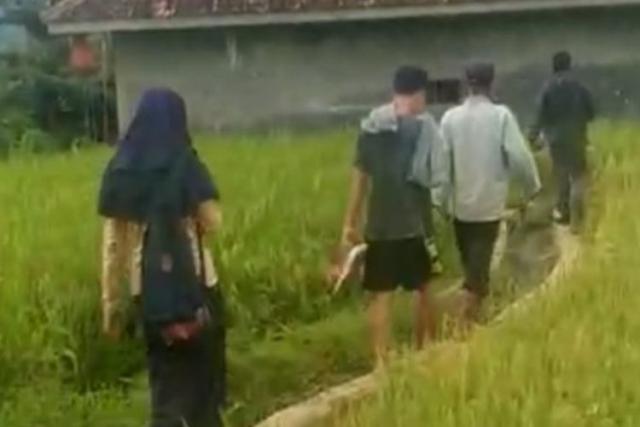 Mesum dalam Gubuk di Sawah Siang Hari, Siswi-Siswa SMP Diarak Warga, Begini Penampakannya