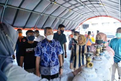 Gubernur Riau Datangi Langsung Kegiatan Bongkar Muat Tabung Gas Oksigen