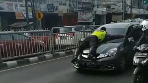 Polisi Tertelungkup di Atas Kap Mobil dan Terseret 200 Meter, Ini Penjelasan Polda Metro