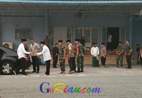 Jokowi Salat Istisqa Minta Hujan di Masjid Amrullah Pekanbaru