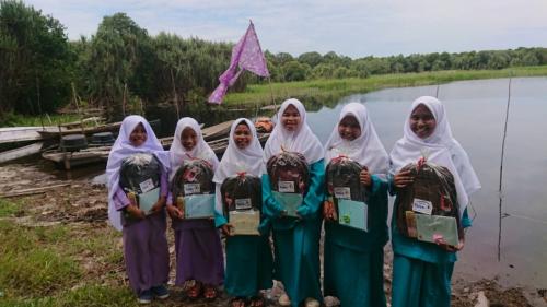 Rumah Yatim Salurkan Bantuan Pendidikan ke Pelosok Talang Muandau