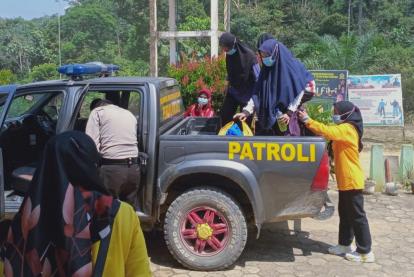 Perjuangan untuk Vaksinasi Suku Talang Mamak, Polisi dan Nakes di Inhu Harus Melintasi Bukit dengan Jalan Tanah dan Licin