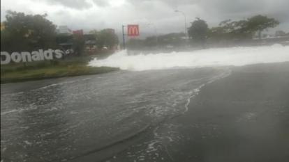 Ombak Besar Mirip Tsunami Terjang Manado, Warga Berhamburan, Begini Penampakannya