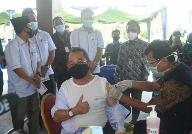 Pemkab Bengkalis Vaksinasi Forkopimda dan Tokoh Masyarakat