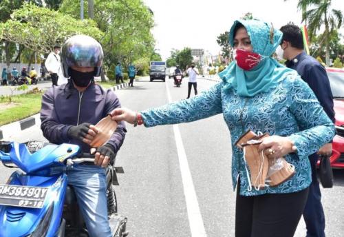 Gebrak Masker, Misnarni Syamsuar Bagikan Masker Gratis untuk Pengguna Jalan di Pekanbaru