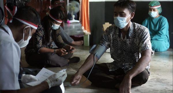'Door To Door', Polres Rohil Datangi Rumah Masyarakat di Pedalaman untuk Vaksinasi