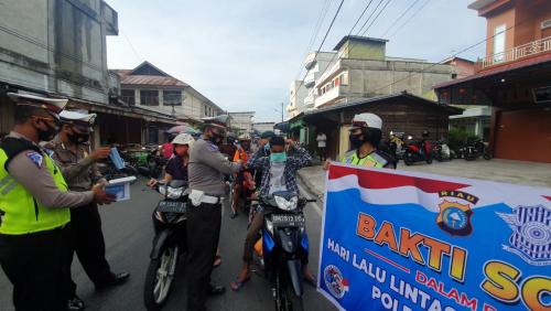 Peringati Hari Lalu Lintas Bhayangkara ke-65, Satlantas Polres Meranti Bagi Masker dan Kotak P3K