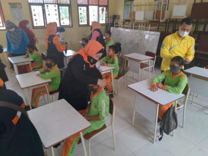 Forum Pekanbaru Kota Bertuah Sumbang Masker dan Desinfektan ke Sekolah