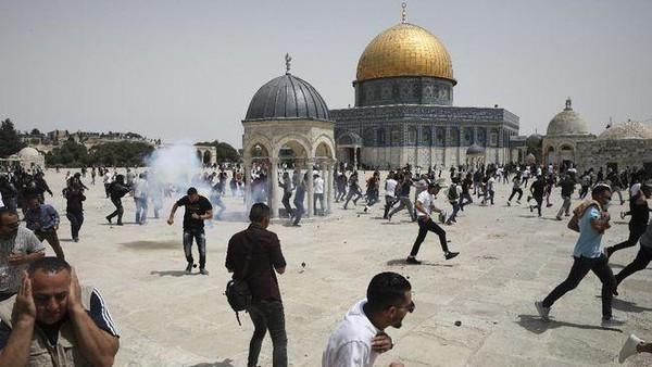 Polisi Israel Tembakkan Peluru Karet ke Warga Palestina yang Tengah Shalat Zuhur di Masjid Al Aqsa