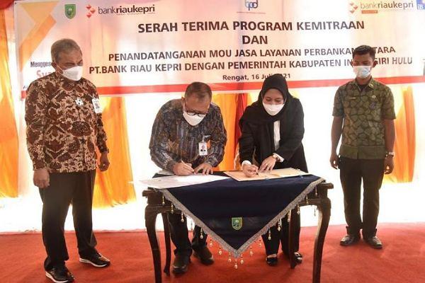 Untuk Masyarakat, Bank Riau Kepri Serahkan CSR kepada Pemkab Inhu