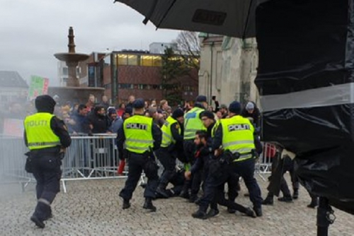 Massa Anti Islam Demo Sambil Bakar Alquran dan Hina Nabi Muhammad
