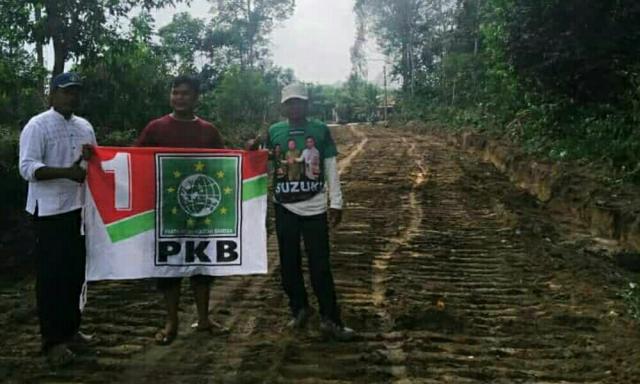 Kader PKB Pelalawan Perbaiki Jalan yang Rusak di Desa Segati Langgam
