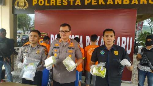 Empat Pengedar Sabu Bersenjata Airsoft Gun Ditangkap Satresnarkoba Polresta Pekanbaru