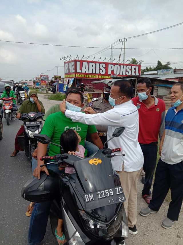 HUT ke-48 dan Dukung Protokol Kesehatan, SPSI Kampar Bagikan 1.500 Masker ke Pengguna Jalan