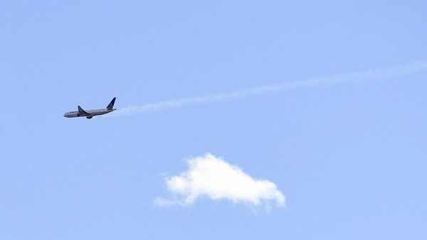 Mencekam, Pesawat Bermuatan 241 Orang Alami Ledakan dan Kebakaran Mesin di Udara
