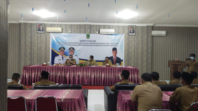 Pimpin Rapat Evaluasi Penyusunan LPPD, Wabup Rohil Ingatkan Para Camat
