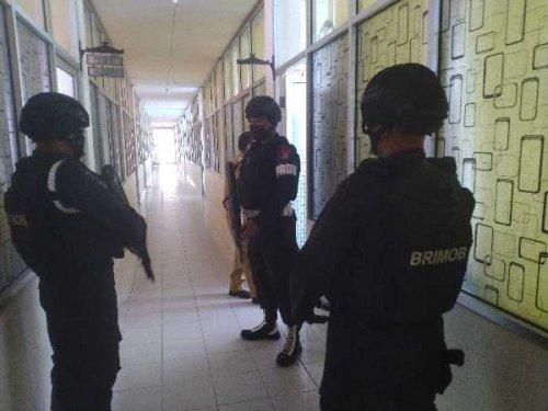 Kantor Disdik Riau Digeledah Kejati, Personel Brimob Ikut Mengawal