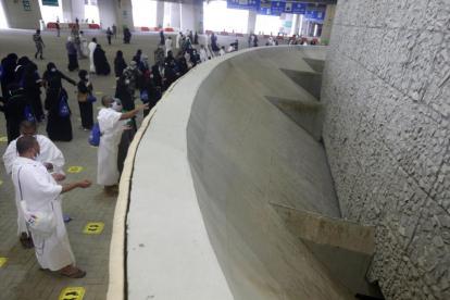 Jamaah Haji Melempar Jumrah Tanpa Berdesakan Pakai Kerikil Terdesinfeksi